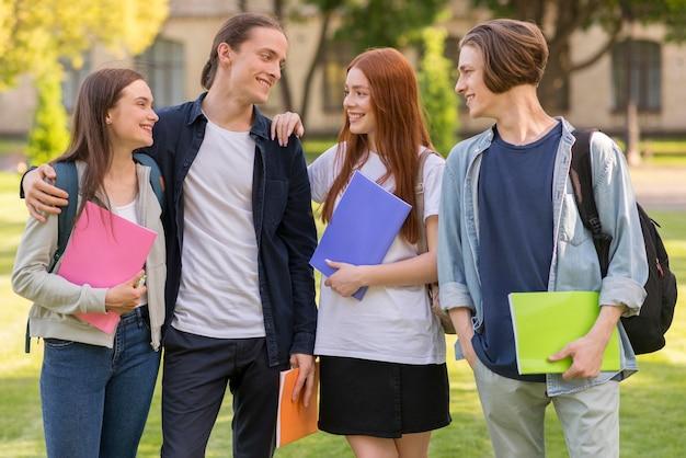 Adolescentes felices de volver a la universidad