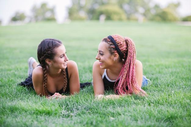 Adolescentes hipster sonriendo en el parque
