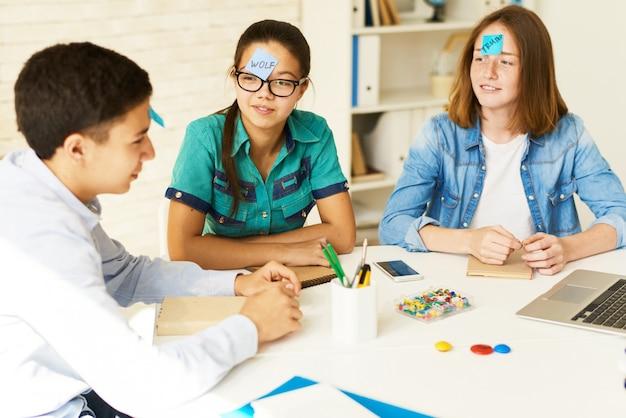 Adolescentes jugando juegos en clase