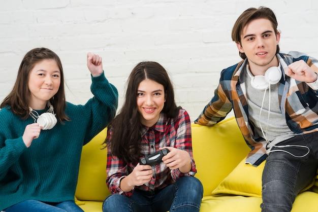 Adolescentes jugando a videojuegos