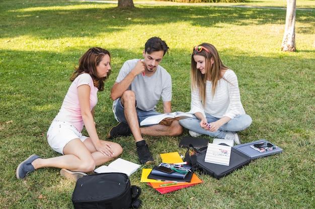 Adolescentes, lectura, libro, juntos