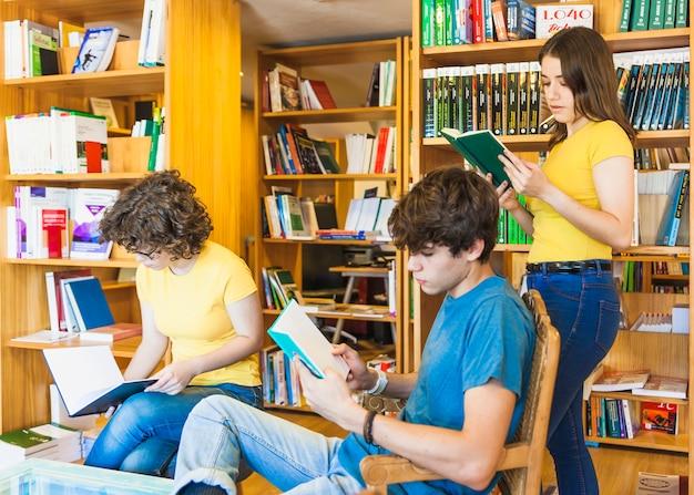 Adolescentes leyendo en la biblioteca