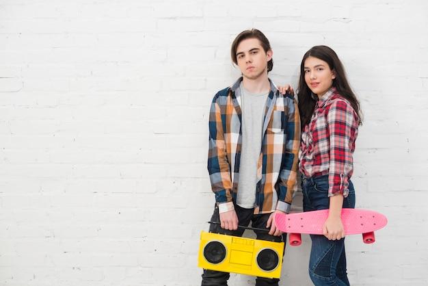 Adolescentes con monopatín y radio
