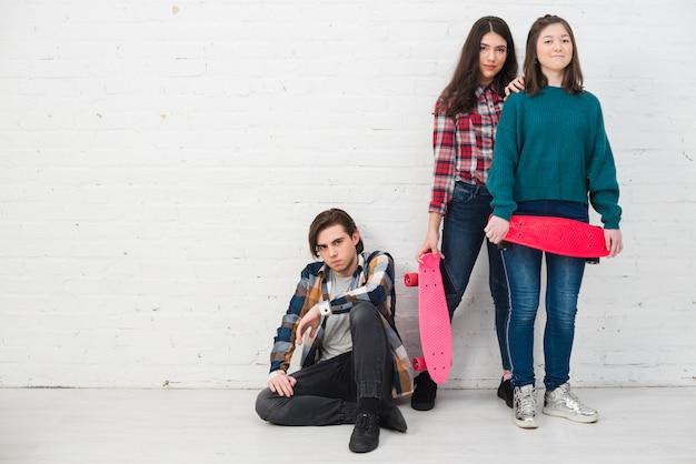 Adolescentes con monopatín
