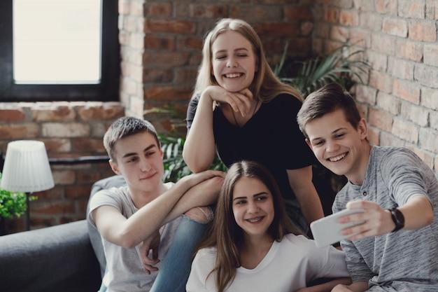 Adolescentes que usan teléfonos móviles