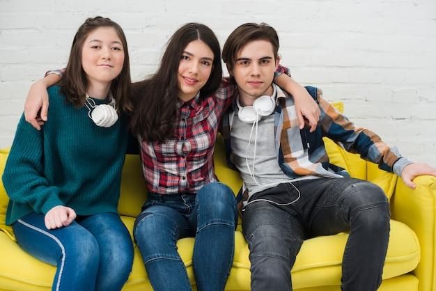 Adolescentes sentados juntos