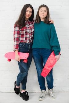 Adolescentes con skateboard