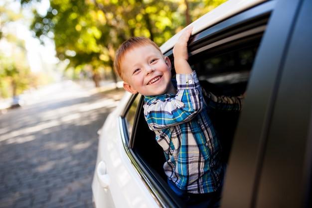Adorable bebé en el coche