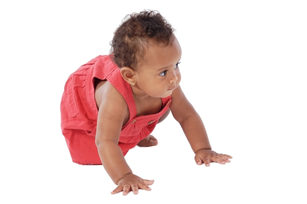 Adorable bebé gateando con un vestido rojo