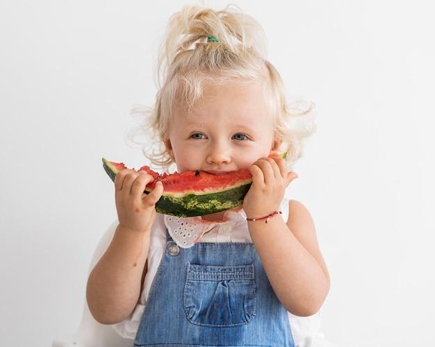 Adorable bebé jugando con comida