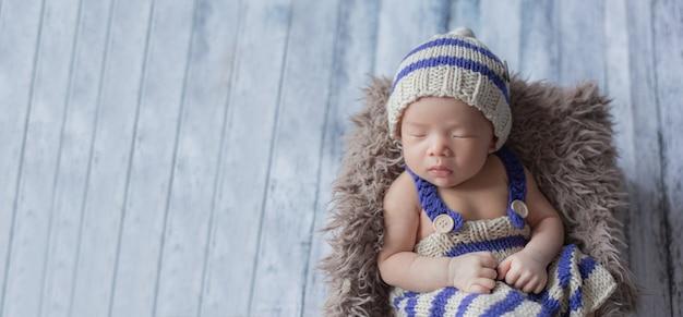 Adorable bebé recién nacido durmiendo en una habitación acogedora.