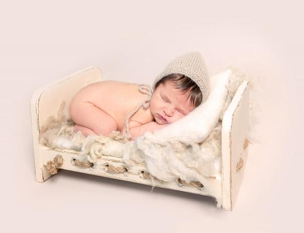 Adorable bebé recién nacido durmiendo sobre su estómago
