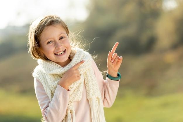 Adorable chica rubia posando moda