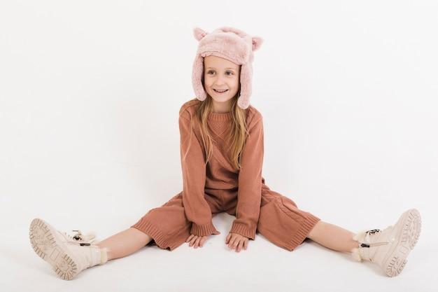 Adorable chica rubia vestida de invierno