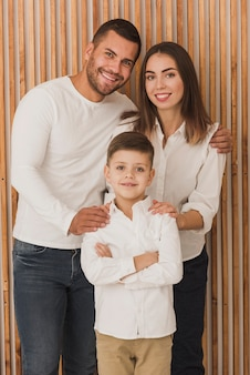 Adorable familia posando juntos