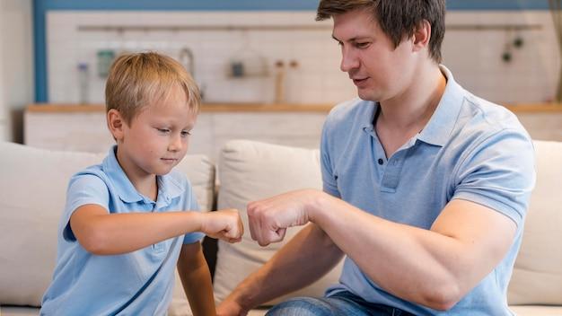 Adorable hijo jugando con el padre en casa