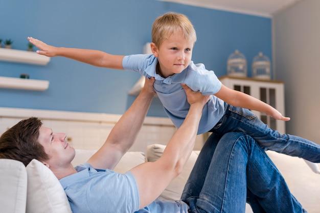 Adorable hijo jugando con su padre