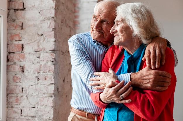 Adorable hombre y mujer enamorados