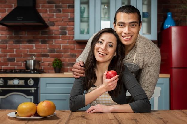 Adorable hombre y mujer sonriendo