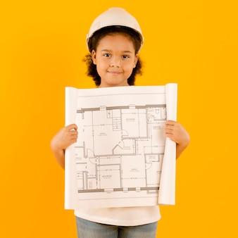 Adorable ingeniero mostrando proyecto