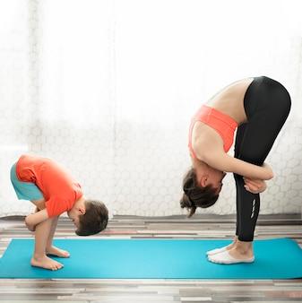 Adorable joven entrenando con su madre