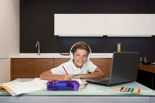 Adorable joven haciendo su tarea