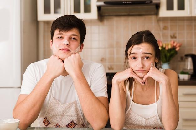 Adorable joven hombre y mujer con caras serias