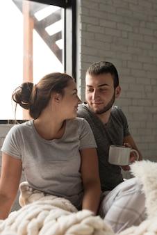 Adorable joven hombre y mujer juntos en el amor