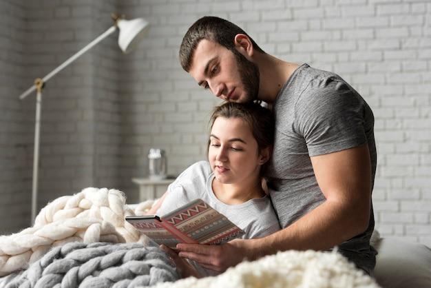 Adorable joven hombre y mujer juntos en la cama