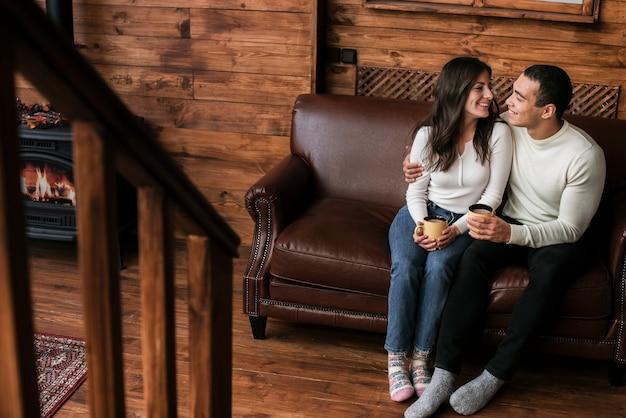 Adorable joven pareja enamorada
