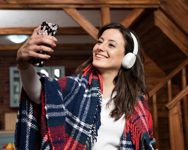 Adorable joven con teléfono y auriculares