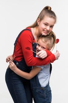 Adorable jovencita posando juntos
