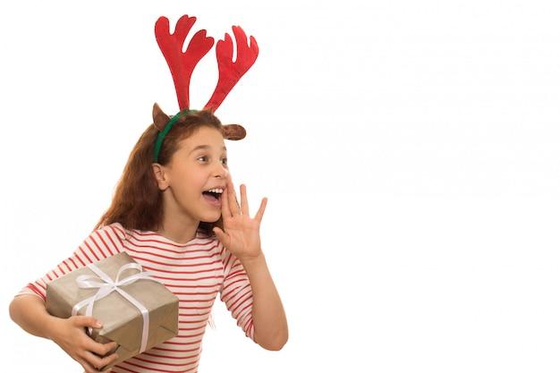 Adorable jovencita con un regalo de navidad