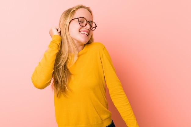 Adorable mujer adolescente bailando y divirtiéndose.