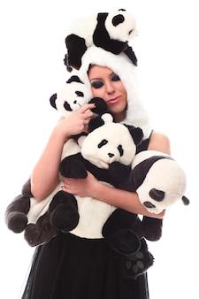 Adorable mujer con muchos pandas rellenos