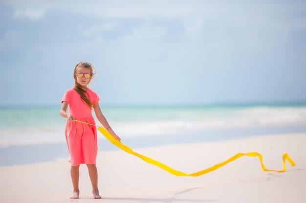 Adorable niña bailando con cinta gimnástica