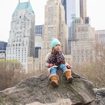 Adorable niña en central park en nueva york