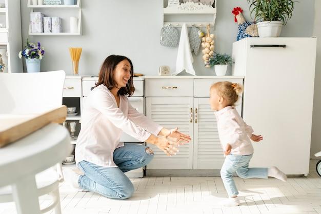 Adorable niña corriendo hacia su madre