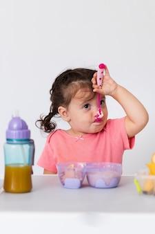 Adorable niña desayunando