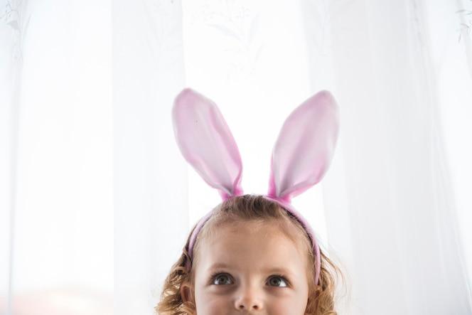 Adorable niña en decorativa bunny eart