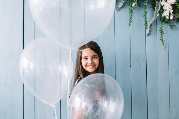 Adorable niña con globos