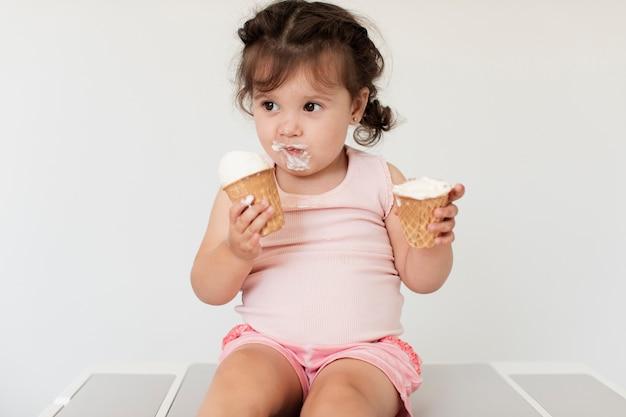 Adorable niña joven con helado