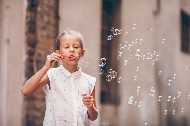 Adorable niña de moda al aire libre en la ciudad europea de roma