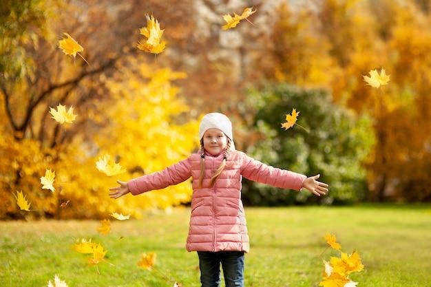 Adorable niña y niño al aire libre en el hermoso día de otoño