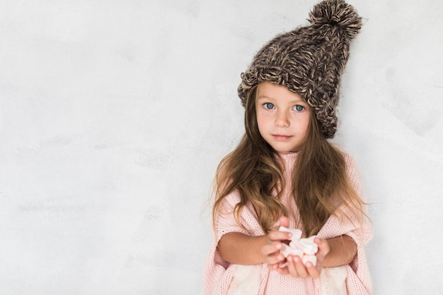 Adorable niña ofreciendo dulces