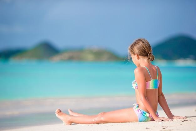Adorable niña en la playa durante las vacaciones de verano