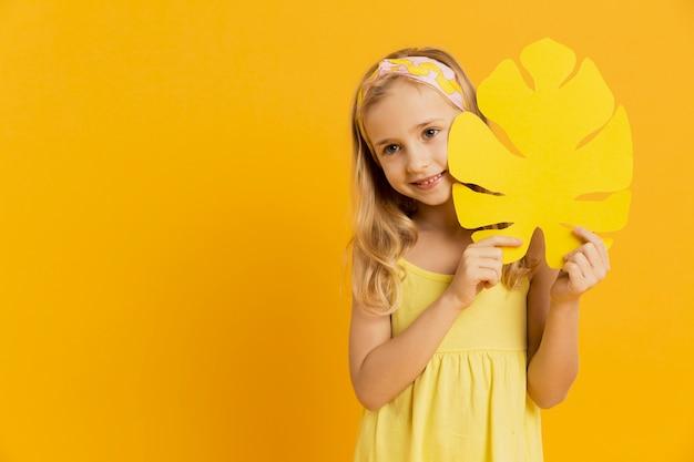 Adorable niña posando con espacio de hoja y copia