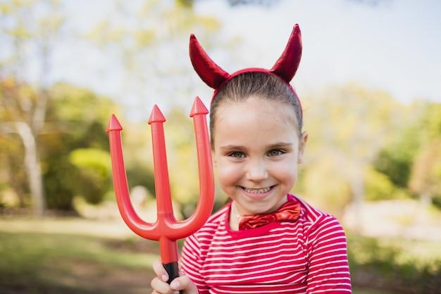 Adorable niña pretendiendo ser un demonio