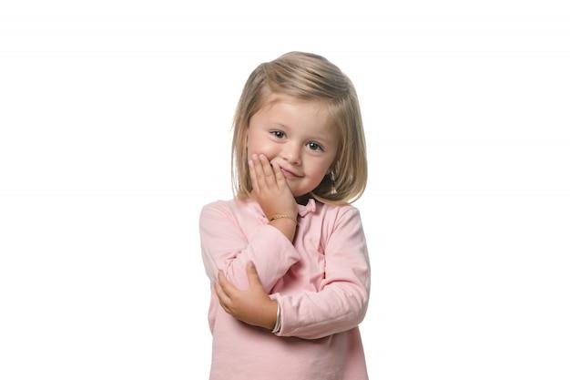 Adorable niña rubia sobre fondo blanco