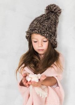 Adorable niña con sombrero de invierno